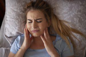 El bruxismo puede causar un fuerte dolor mandibular