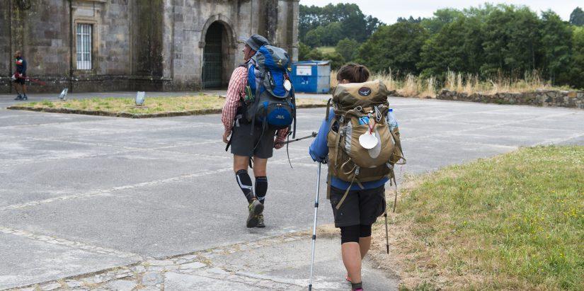 Peregrinos recorren el Camino de Santiago