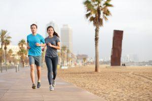 Correr con deportivas por la playa