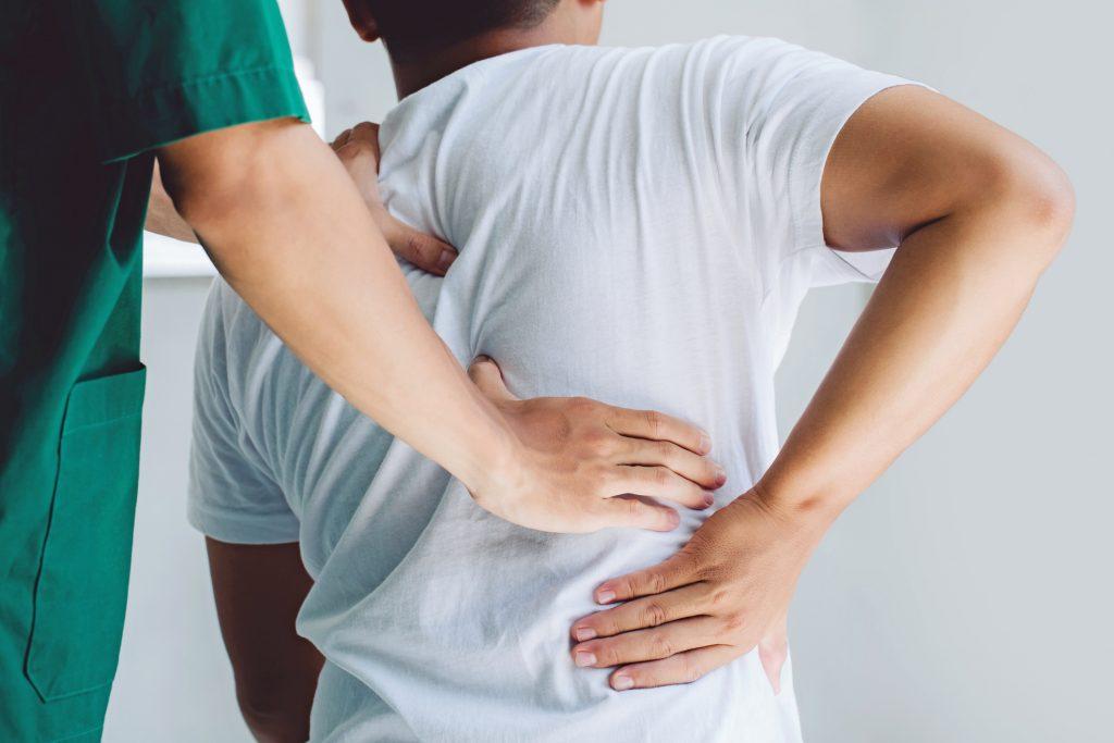 Fisioterapeuta atiende a un paciente